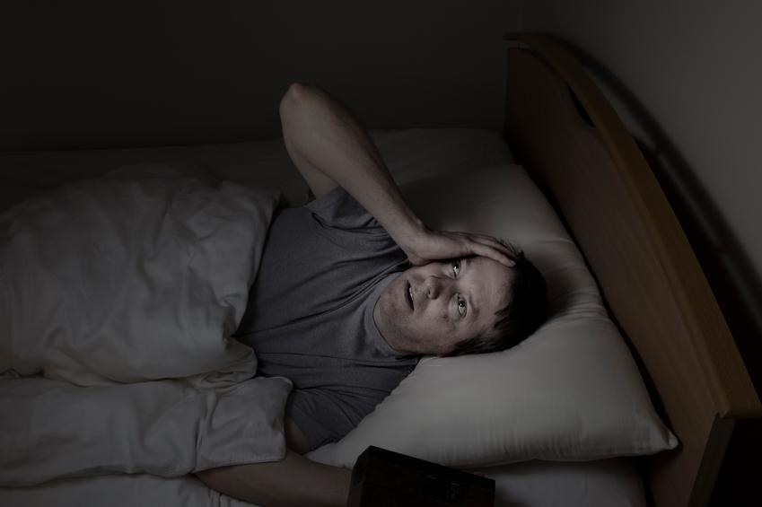 Чувак смотрит в монитор и не может заснуть — img 8